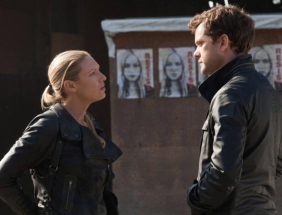 """""""FRINGE"""" - A série tem praticamente a mesma premissa de """"Arquivo X"""", com um toque um pouco mais psicodélico e se concentrando em universos paralelos ao invés de extraterrestres. A relação entre Olivia Dunham (Anna Torv) e Peter Bishop (Joshua Jackson) também lembra a dinâmica de Mulder e Scully"""