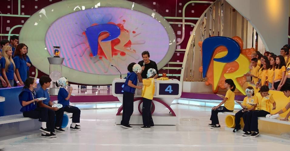 """jul.2013 - Cirilo (Jean Paulo Santos) dá uma torta na cara de Jaime (Nicholas Torres) no """"Passa ou Repassa"""", que vai ao ar no domingo, dia 21 de julho"""