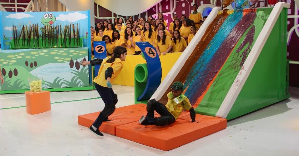 """jul.2013 - Na segunda exibição do quadro """"Passa ou Repassa"""" no programa """"Domingo Legal"""", do SBT, Celso Portiolli comanda os atores de """"Carrossel"""""""