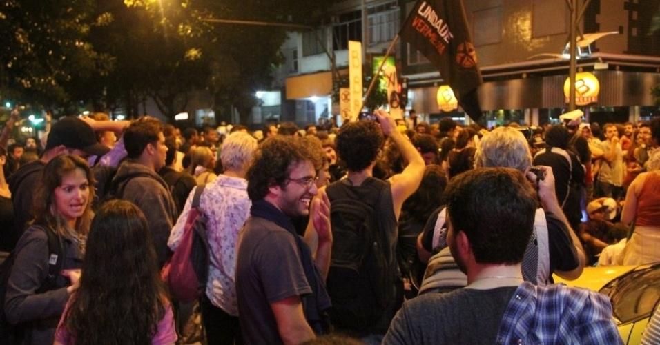 17.7.2013 - O ator Humberto Carrão participa de manifestação em frente à casa do governador do Rio de Janeiro, Sérgio Cabral, no Leblon