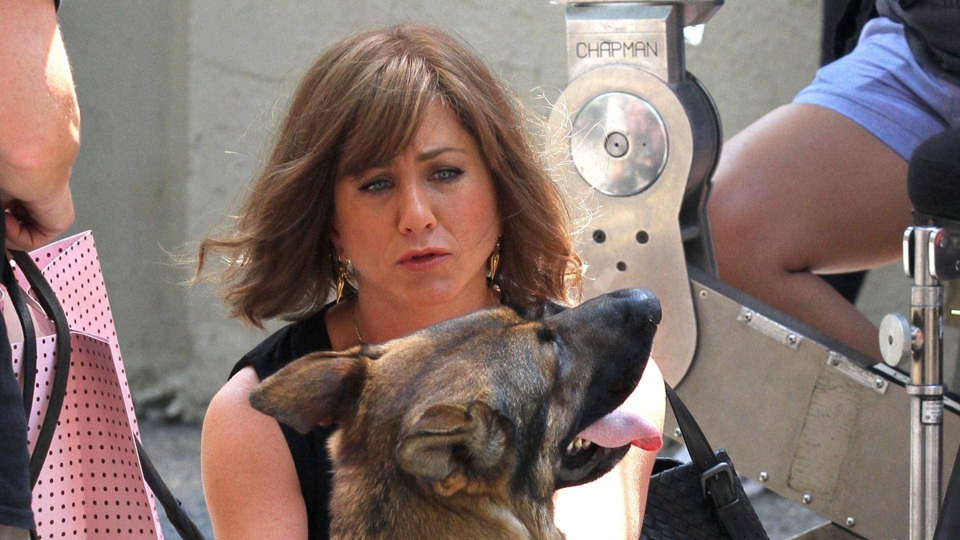 17.jul.2013 - Jennifer Aniston contracena com cachorro em filmagens em Nova York