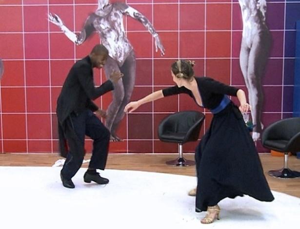 """17.jul.2013 - Luana Piovani joga capoeira durante ensaios da """"Dança dos Famosos"""""""