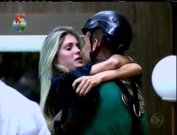17.jul.2013 - Mateus comemorou a vitória com a namorada, Bárbara Evans
