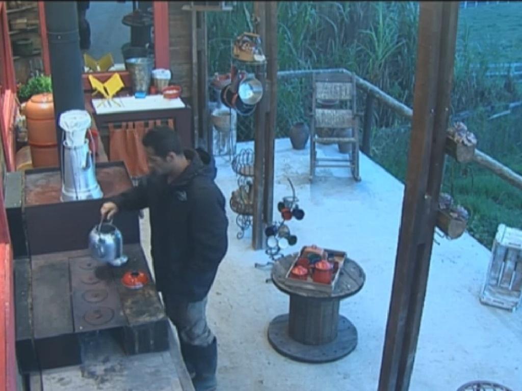 18.jul.2013 - Marcos Oliver tenta acender fogão a lenha na cozinha do celeiro