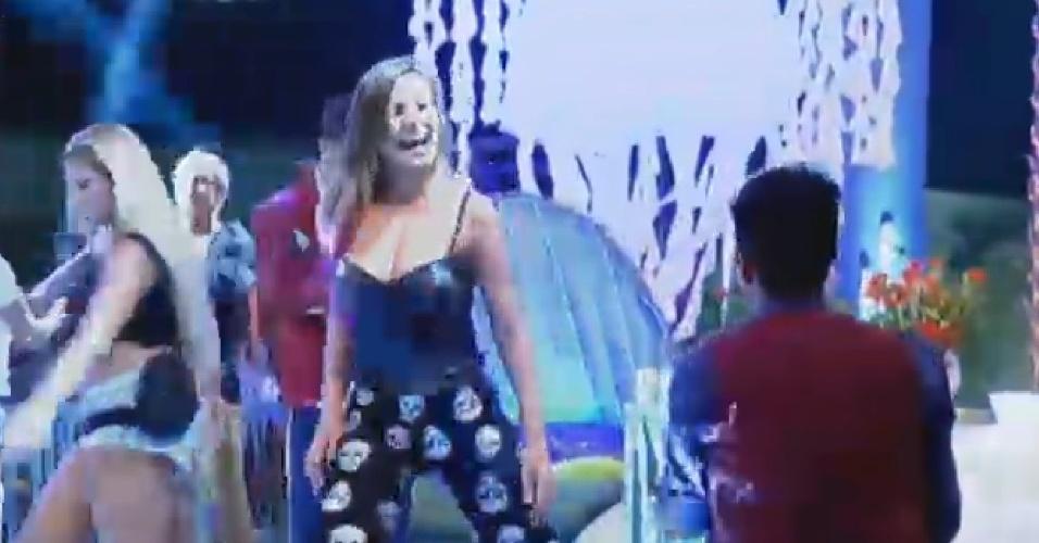 18.jul.2013 - Andressa Urach provoca Yudi Tamashiro durante festa