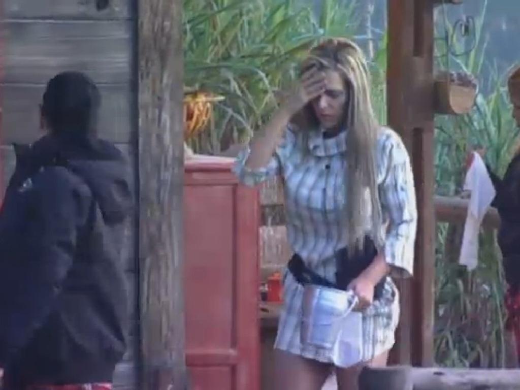 18.jul.2013 - Após festa, Denise Rocha acorda passando mal e Scheila Carvalho a ajuda