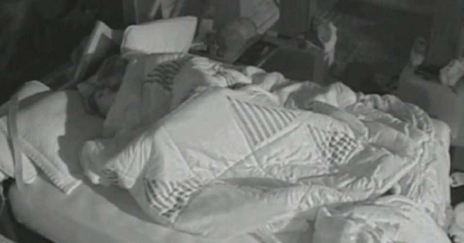 18.jul.2013 - Bárbara Evans e Mateus Verdelho trocam carícias em baixo do edredom