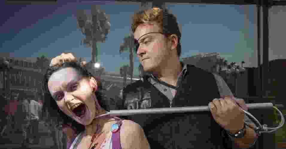 """18.jul.2013 - Casal de cosplayers vestidos como o governador e zumbi da série """"The Walking Dead"""" - Fred Greaves/Reuters"""