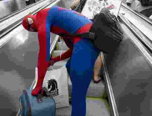 18.jul.2013 - Conhecido por sua agilidade, nem mesmo o Homem Aranha consegue se locomover rapidamente pela Comic-Con - Robyn Beck/AFP