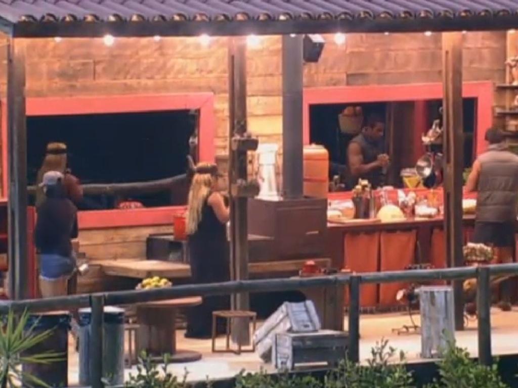 18.jul.2013 - De volta ao celeiro, Scheila Carvalho diz que prefere simplicidade do lugar as confusões da sede