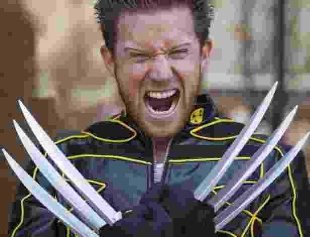 """18.jul.2013 - Fã vestido de Wolverine mostra a fúria do personagem, que aparecerá no longa """"Wolverine: Imortal"""" - Fred Greaves/Reuters"""