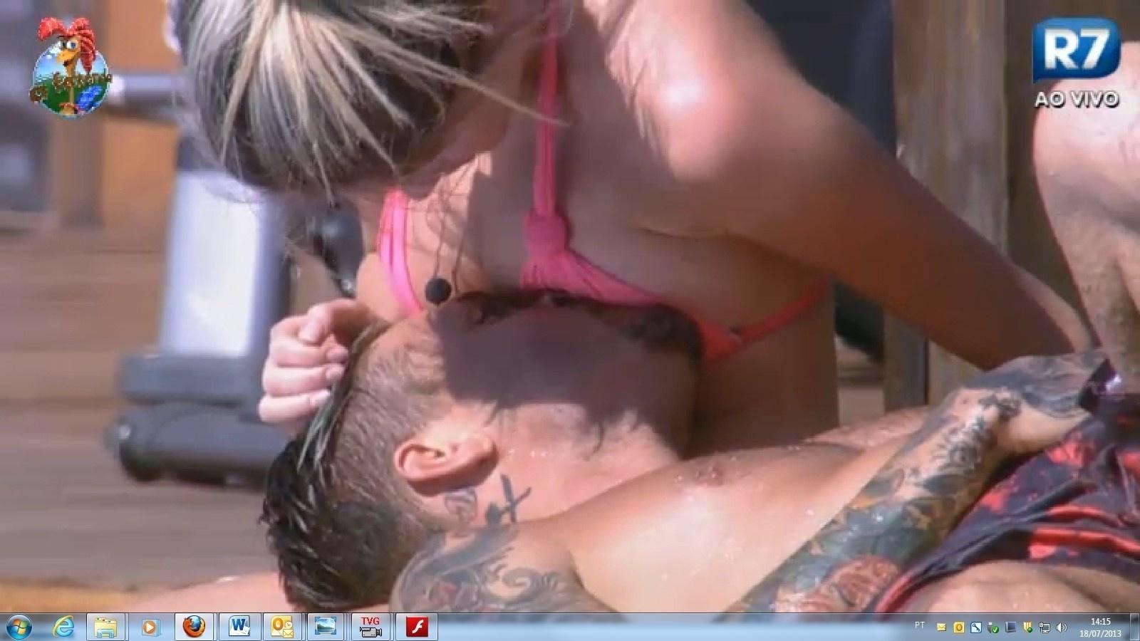 18.jul.2013 - Mateus e Bárbara trocam carinhos na piscina