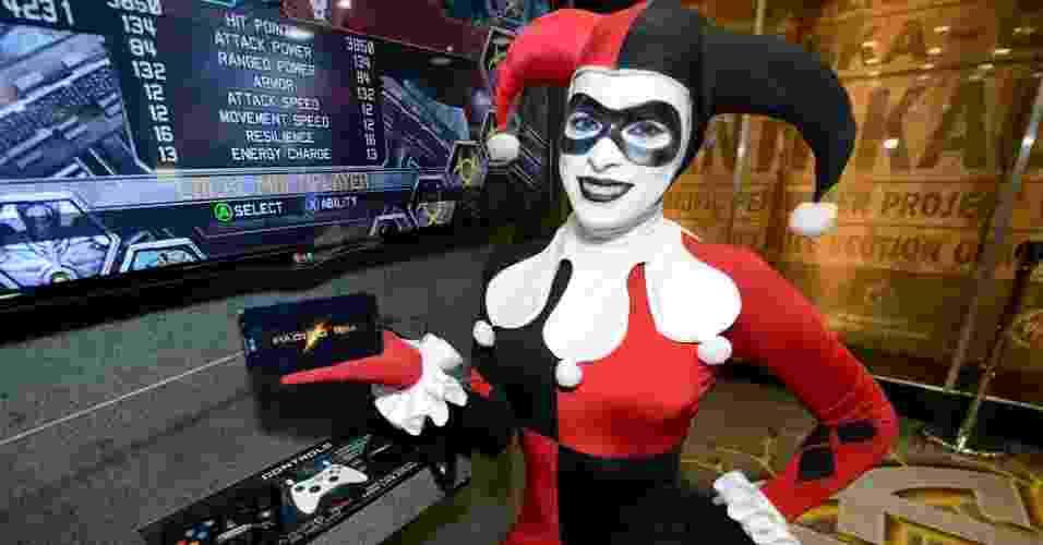 18.jul.2013 - Modelo vestida como a personagem da série Batman Arlequina, sorri para os fotógrafos - Robyn Beck/AFP