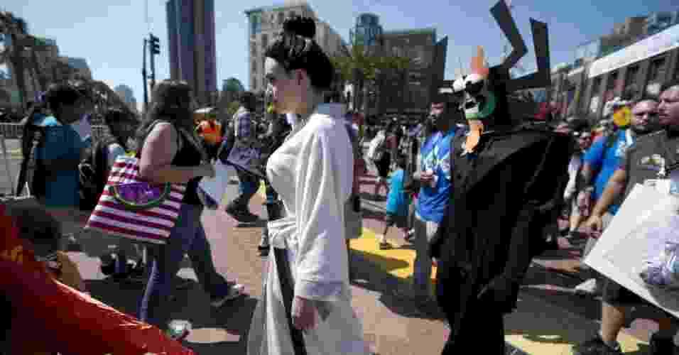 18.jul.2013 - Mulher anda vestida de Samurai Jack junto do vilão Aku entre os cosplayers da Comic-Con - Robyn Beck/AFP