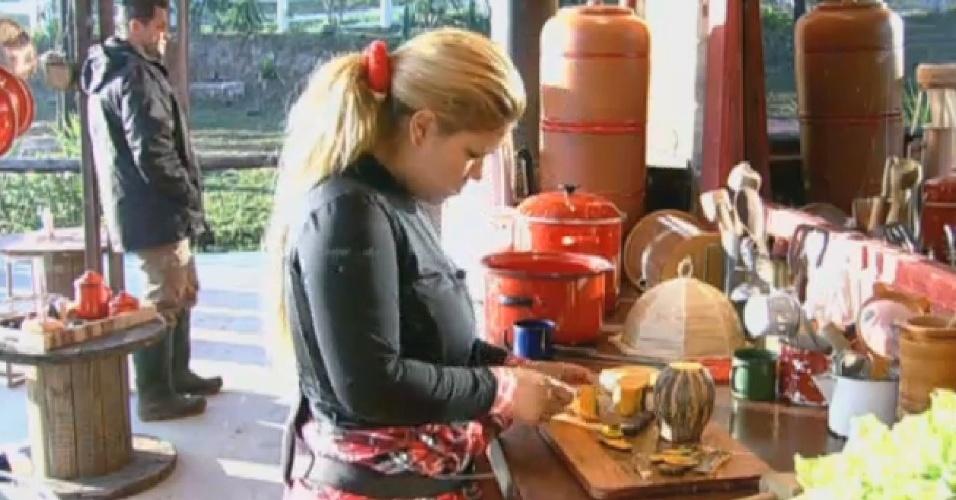 18.jul.2013 - Mulher Filé prepara almoço na cozinha do celeiro