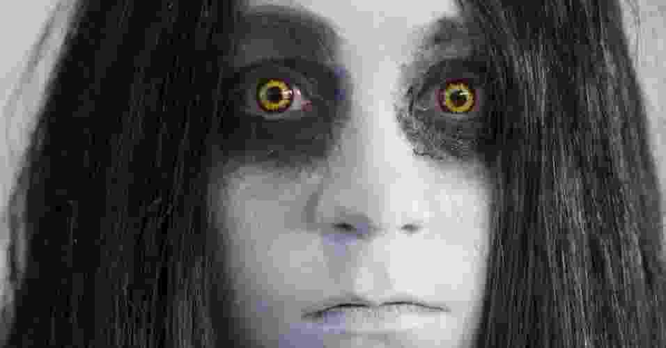 "18.jul.2013 - Mulher vestida como a fantasmagórica Alma Wade da série de videogame ""F.E.A.R."" posa para fotos - Robyn Beck/AFP"