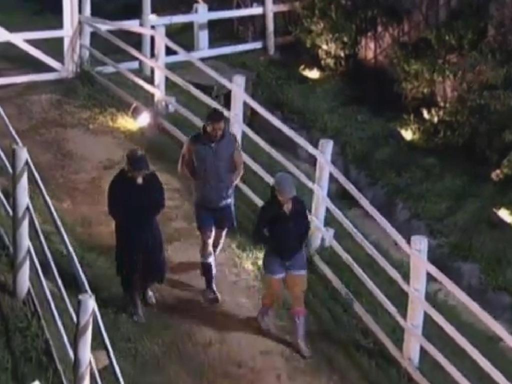 18.jul.2013 - No caminho para o celeiro, Marcos Oliver e Scheila Carvalho contam a Mulher Filé sobre brigas na sede
