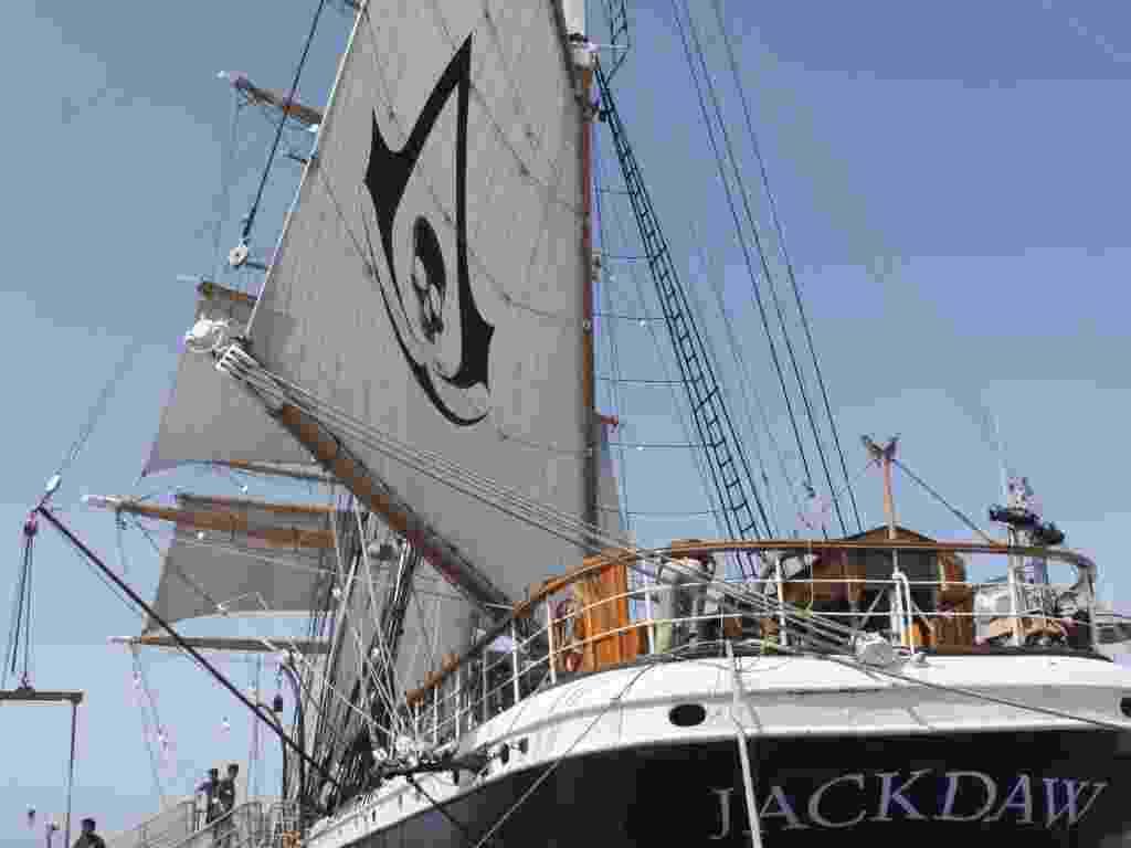 """18.jul.2013 - Produtora de games usa navio com bandeira pirata para promover game """"Assassins Creed - Black Flag"""" na Comic-Con - Natalia Engler/UOL"""