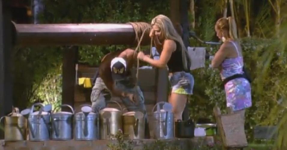 18.jul.2013 - Sem água encanada por 24 horas, peões coletam água do poço para armazenar