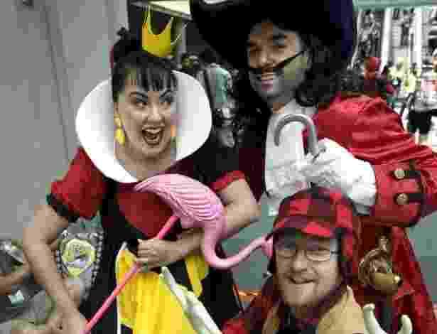 """18.jul.2013 - Vilões clássicos da Disney como a Rainha Má, Capitão Gancho e o caçador de """"Bambi"""" posam para fotos - David Maung/EFE"""