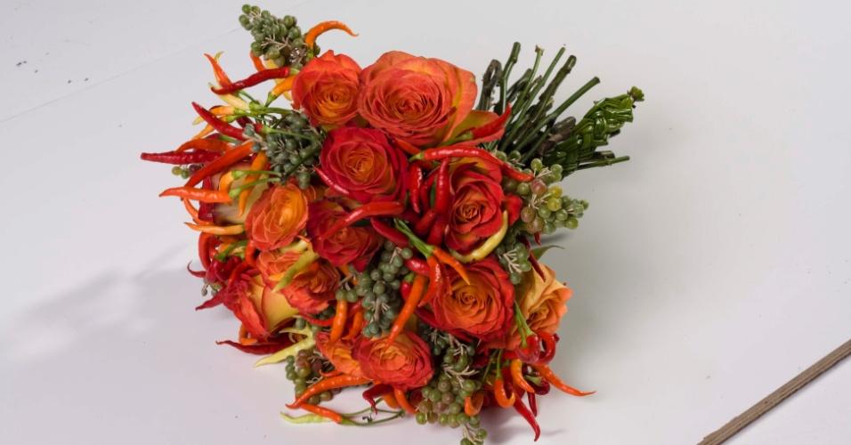 Buquê de rosas e pimenta com acabamento em trança de junco; na Flor & Forma