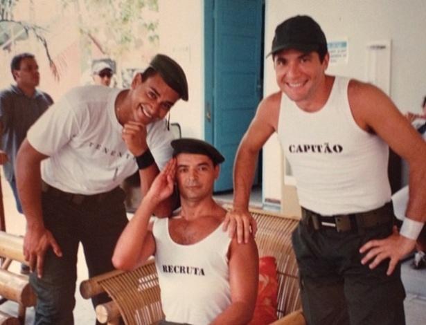 David Brazil brinca de soldado com os cantores Xanddy e Daniel