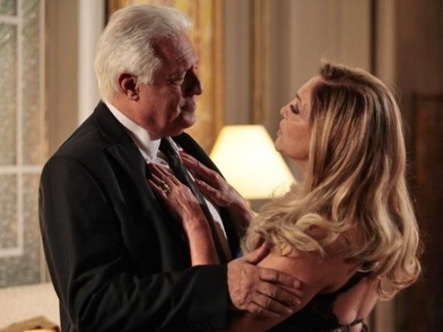"""Em """"Amor à Vida"""", César se recusa a fazer amor com Pilar e ela fica decepcionada"""