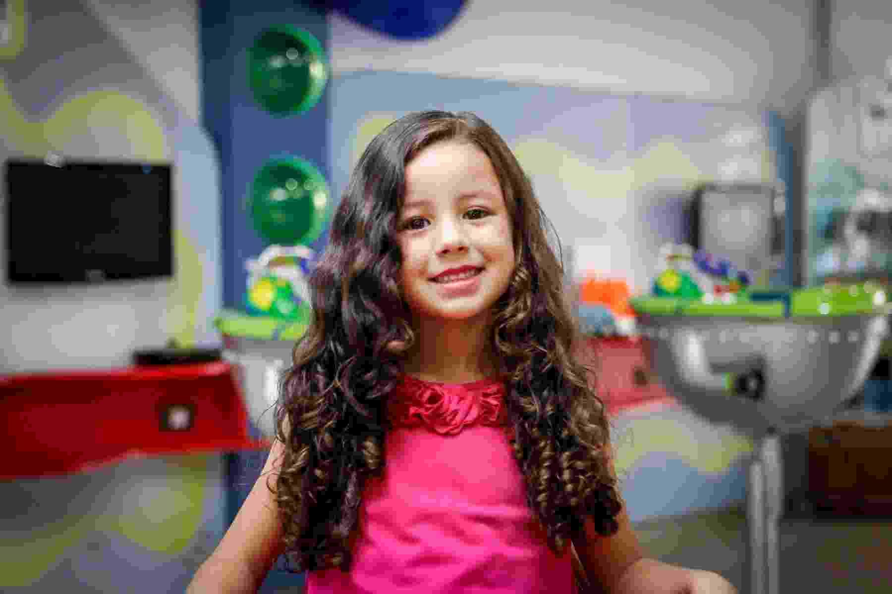 Leticia Luiz Melo Vidal, de 5 anos, é a modelo que vai ganhar um novo look, idealizado pelo cabeleireiro Ivan Cova - Leandro Moraes/UOL