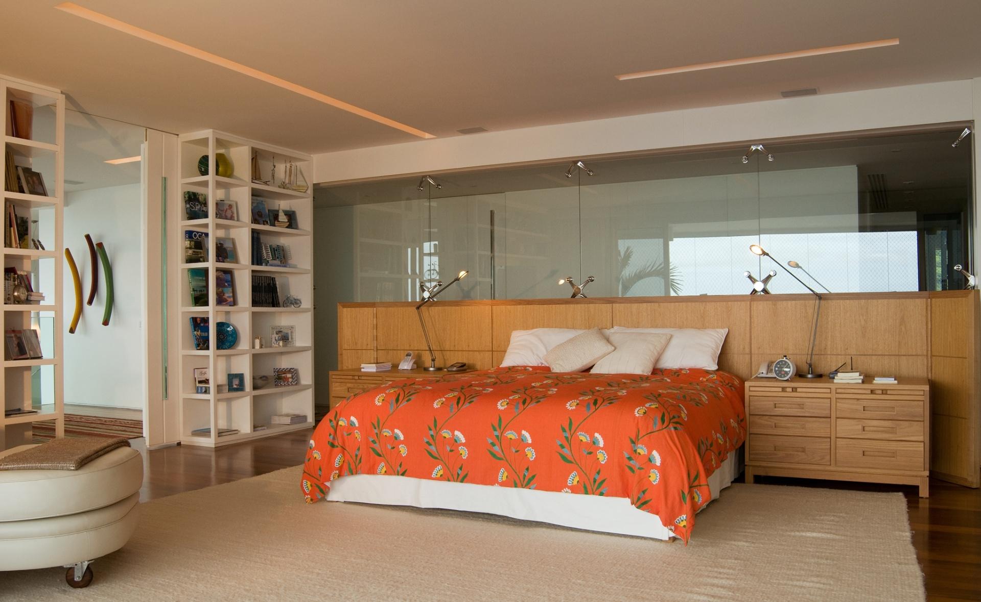 No apartamento dúplex, em São Conrado (RJ), a suíte do casal possui um closet (ao fundo), com portas de correr de vidro que o integram ao dormitório. O projeto de reforma e interiores do imóvel é de autoria da arquiteta Izabela Lessa