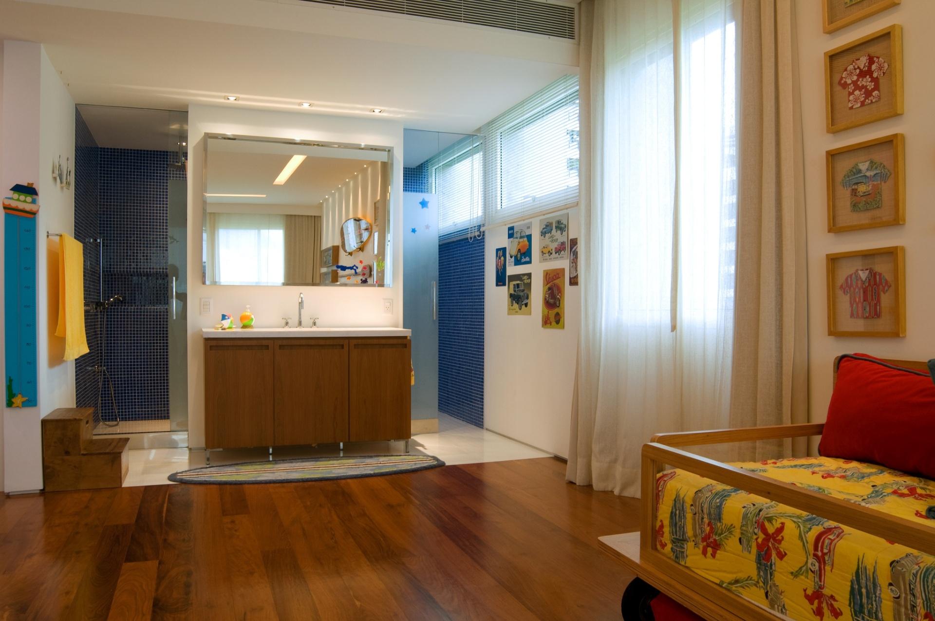 No segundo andar do apartamento dúplex, em São Conrado (RJ), ficam os dormitórios como a suíte do filho do casal proprietário. O projeto de reforma e interiores da residência é assinado pela arquiteta Izabela Lessa