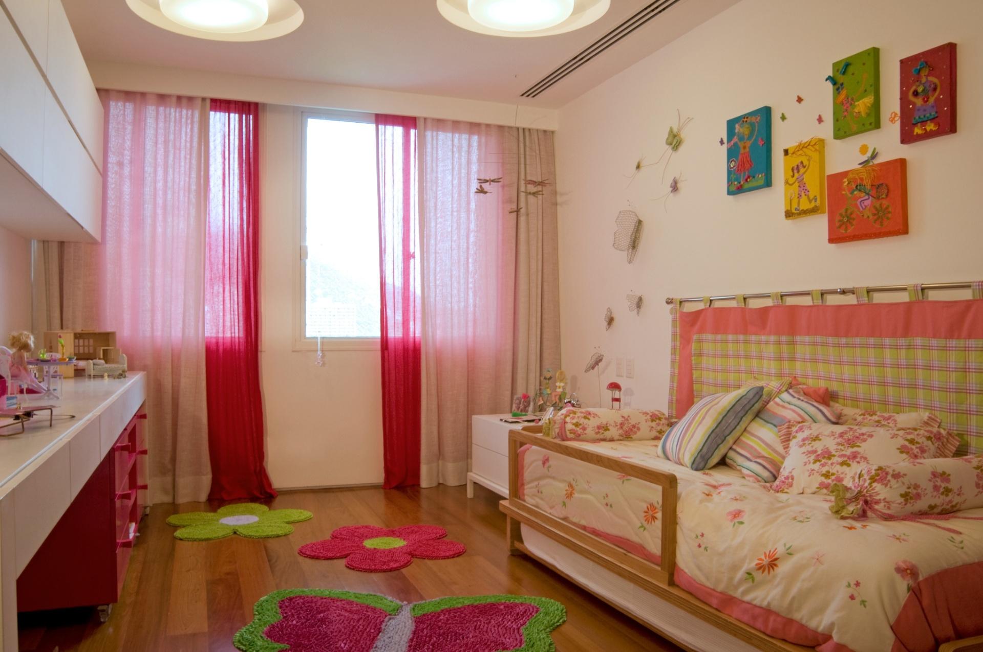 No segundo andar do apartamento dúplex, em São Conrado (RJ), ficam os dormitórios. No quarto da filha do casal, a arquiteta Izabela Lessa projetou uma decoração mais lúdica