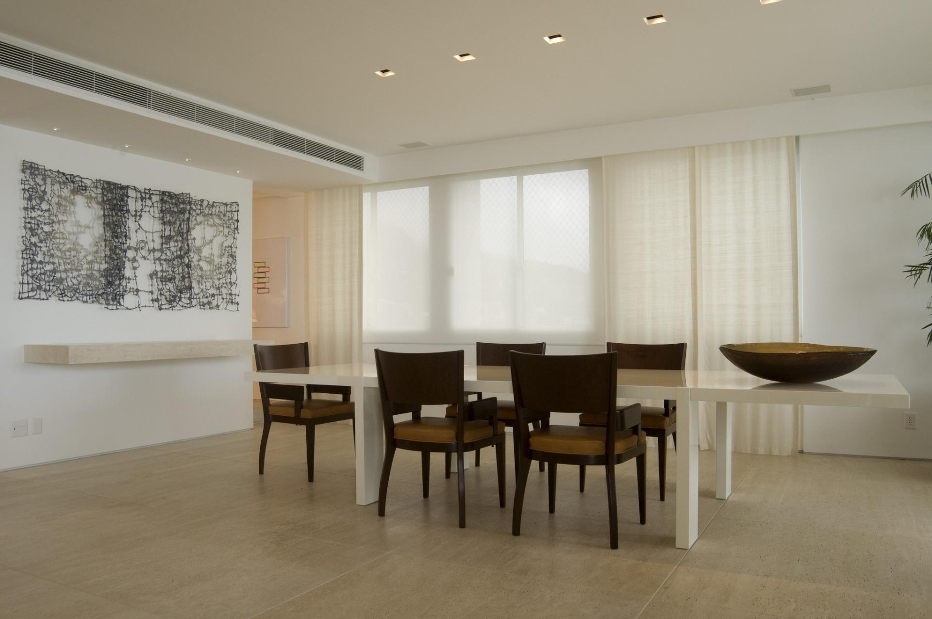 Para a decoração da sala de jantar, do apartamento dúplex em São Conrado (RJ), a arquiteta Izabela Lessa optou pela proposta