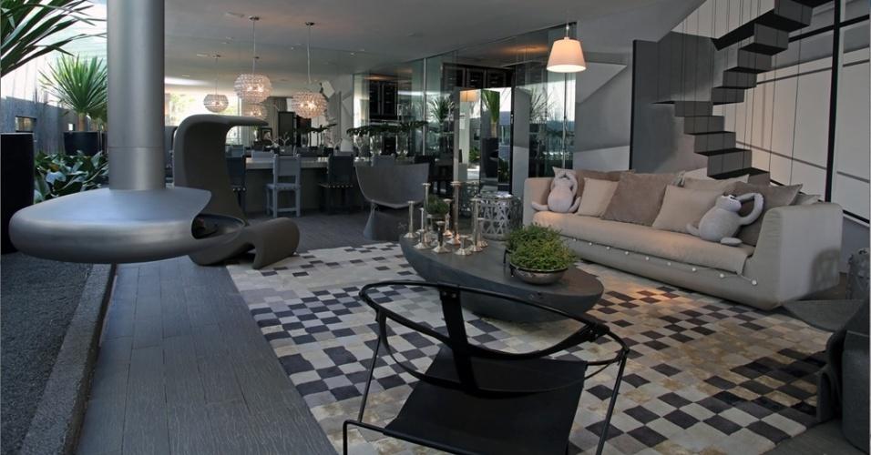Para combinar com o ambiente em tons de cinza na Casa Cor 2013, a lareira em aço carbono Girolar - Milão, da Largrill, escolhida pela arquiteta Brunete Fraccaroli, foi pintada. O modelo é suspenso e giratório e é alimentado por biofluido ou lenha