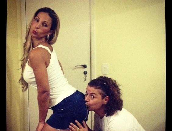 Sempre divertido, David Brazil beija o bumbum da funkeira Valesca Popozuda
