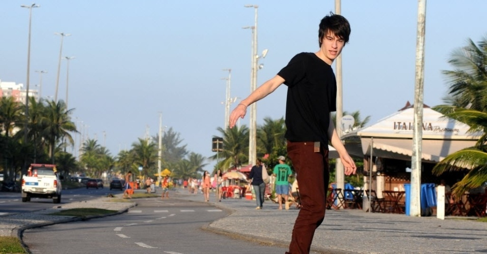Thalles Cabral anda de skate na praia da Barra, na zona oeste do Rio