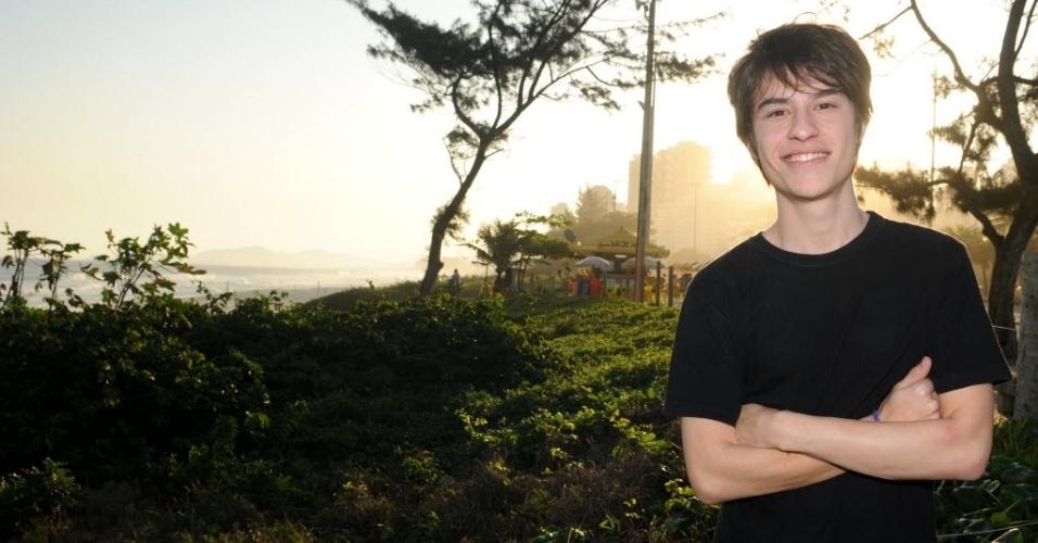 Thalles Cabral posa para ensaio fotográfico na praia da Barra, na zona oeste do Rio