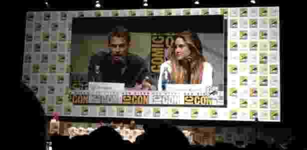 """Theo James e Shailene Woodley durante painel do filme """"Divergente"""" na Comic-Con 2013 - Natalia Engler/UOL"""