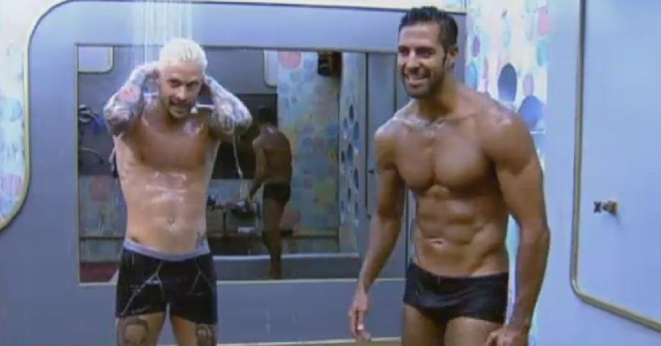 18.jul.2013 - Durante banho, Mateus Verdelho diz para Beto que sofre de TOC