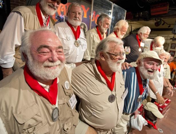 """Imagem cedida pelo Florida Keys News Bureau mostra competidores do """"Papa"""" Hemingway Look-Alike Contest, ou Concurso de Sósias de """"Papa"""" Hemingway, que ocorre anualmente na Flórida. Os rounds ocorrem no Sloppy Joe""""s Bar, na cidade de Key West - AFP PHOTO / Florida Keys News Bureau / Andy NEWMAN"""