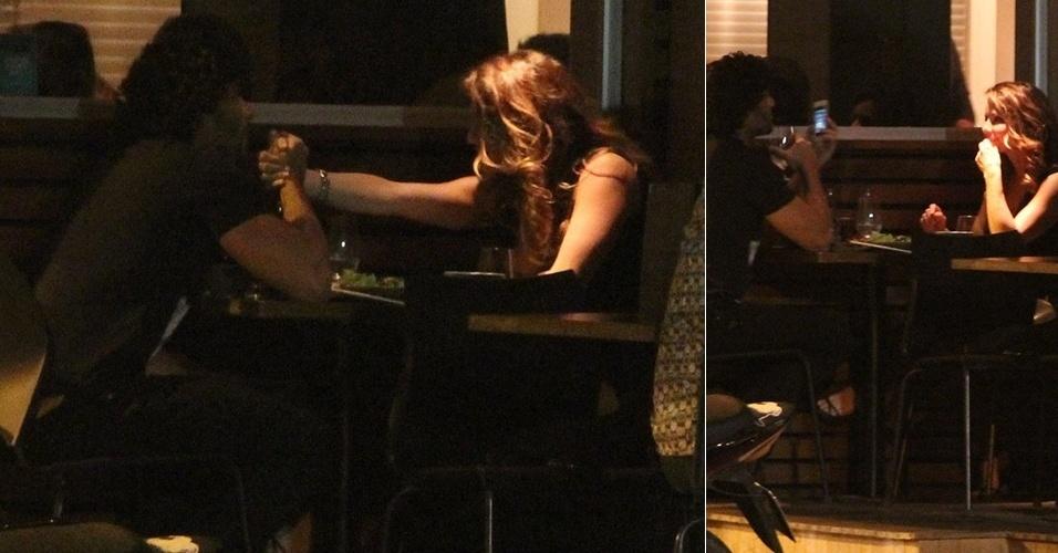 18.jul.2013 - Os atores Jesus Luz e Rita Guedes jantam juntos em um restaurante no Leblon, Rio de Janeiro. Durante a refeição, a atriz sorria para o modelo enquanto ele segurava sua mão