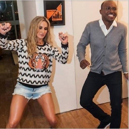 """19.ju.2013 - Claudia Leitte publica foto com Thiaguinho: """"Fica bom logo"""""""