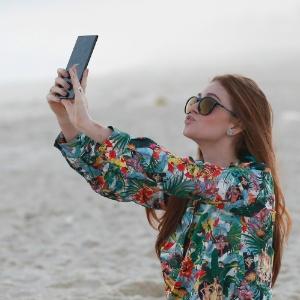 Atriz Marina Ruy Barbosa mostra, na prática, o que é o selfie; foto foi tirada em julho, em praia do Rio