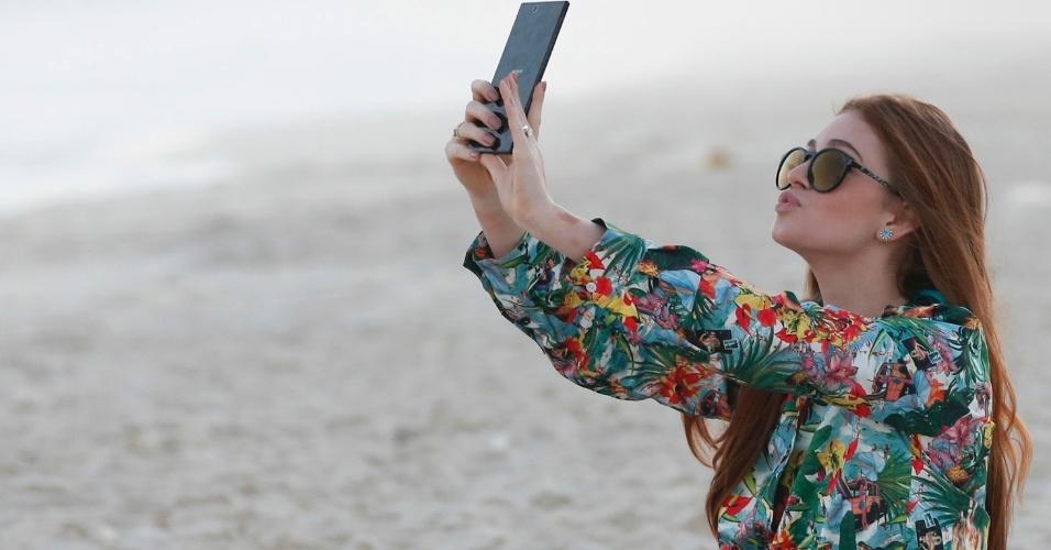 19.jul.2013 - Depois da polêmica em torno de seu cabelo, Marina Ruy Barbosa vai à praia sozinha e tira fotos fazendo biquinho