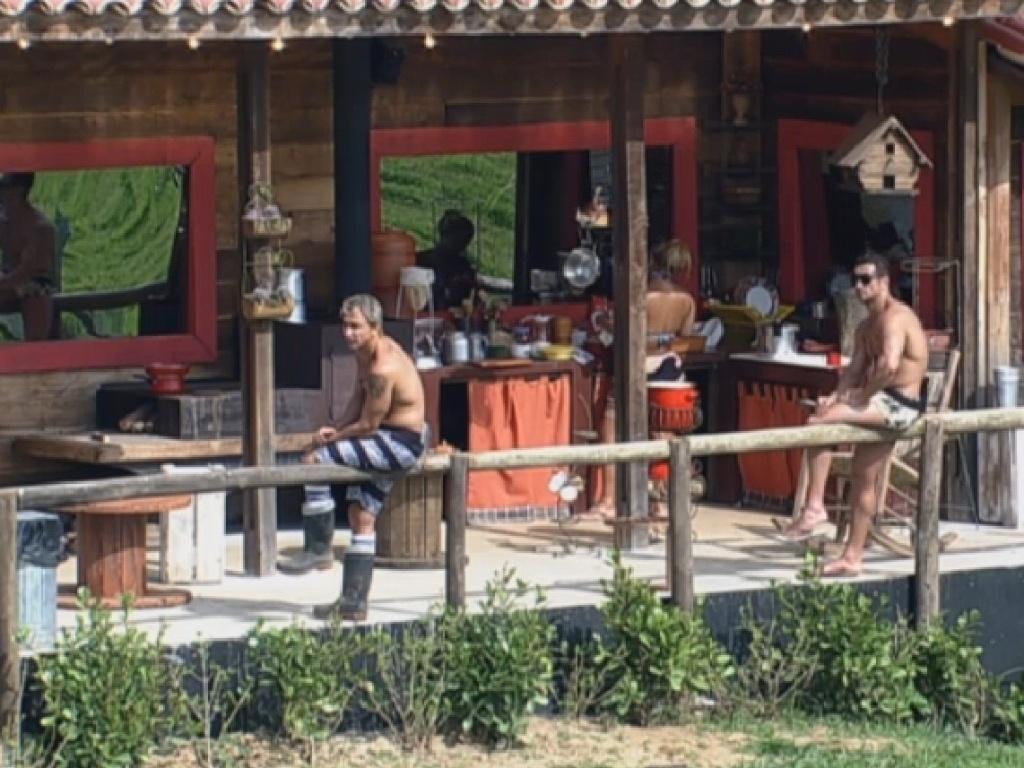 19.jul.2013 - Equipe Coelho já prepara o almoço do lado de fora do celeiro