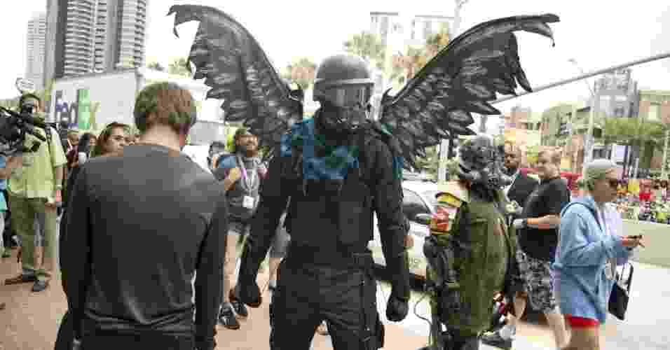 19.jul.2013 - Homem exibe seu cosplay alado no terceiro dia da feira - Robyn Beck/AFP