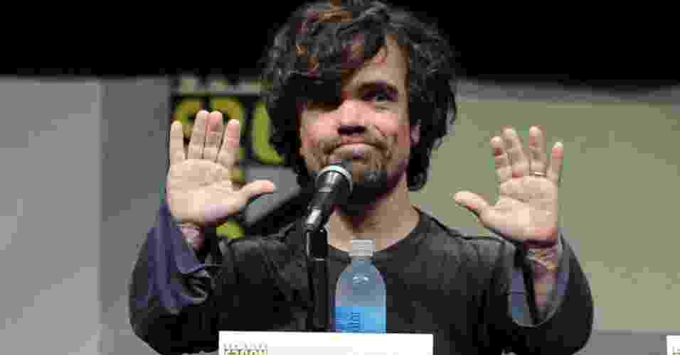 "19.jul.2013 - O ator Peter Dinklage fala no palco durante o painel de ""Game Of Thrones"" na Comic-Con - Kevin Winter/AFP"