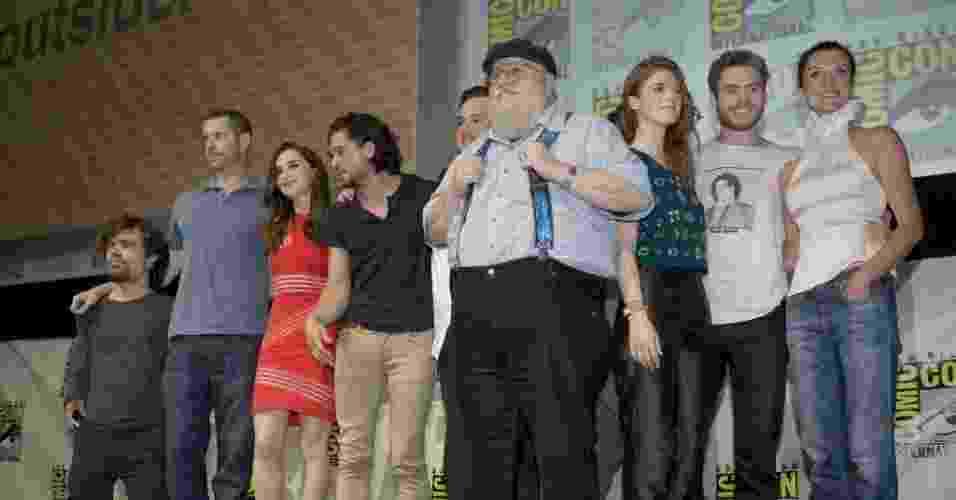 """19.jul.2013 - O escritor George R. R. Martin sobe ao palco com o elenco de """"Game of Thrones"""" no painel do programa na Comic-Con - David Maung/EFE"""