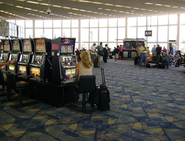 Ao sair do portão de desembarque no McCarran International Airport, os turistas já se deparam com as famosas máquinas de caça-níquel