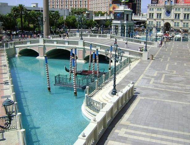 Canais com gôndolas do Venetian cortam hotel por dentro e por fora