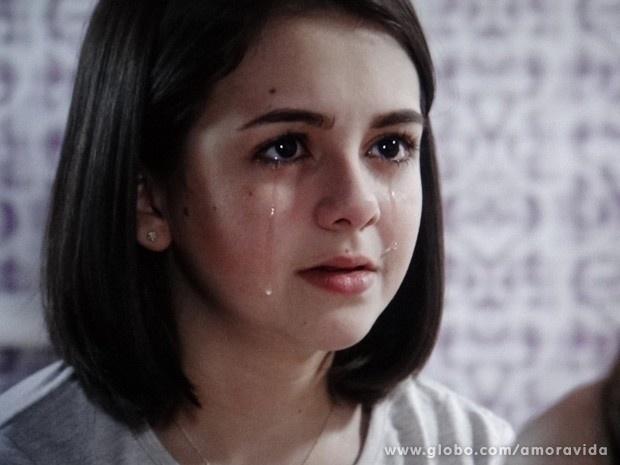 """Em """"Amor à Vida"""", Paulinha chora ao saber que não é filha de Paloma"""